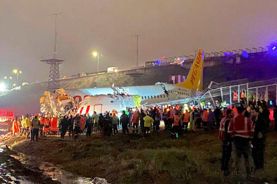 Flugzeug zerbricht nach Landung: Mindestens ein Toter und 153 Verletzte