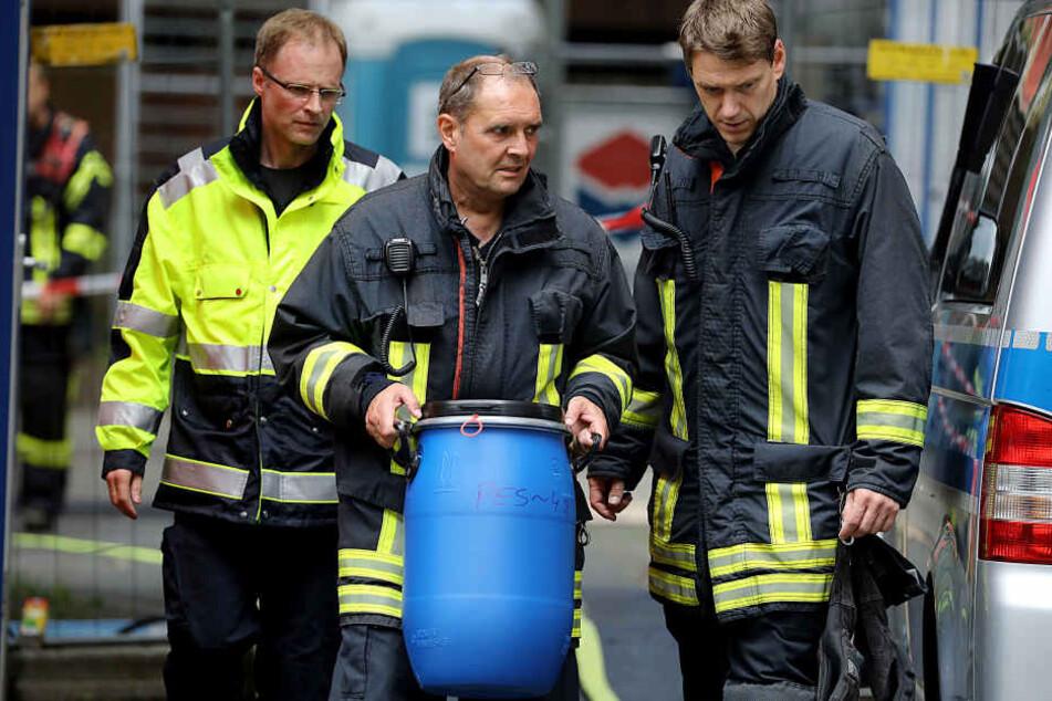 Die Ermittler beschlagnahmten zusammen mit der Feuerwehr weiteres Beweismaterial.