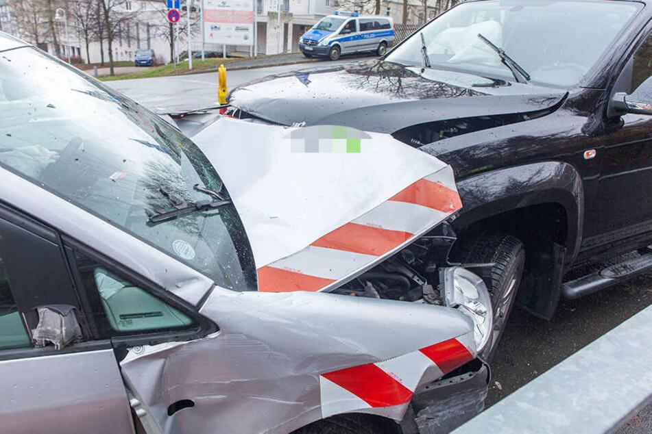 Beide Autos wurden stark beschädigt.