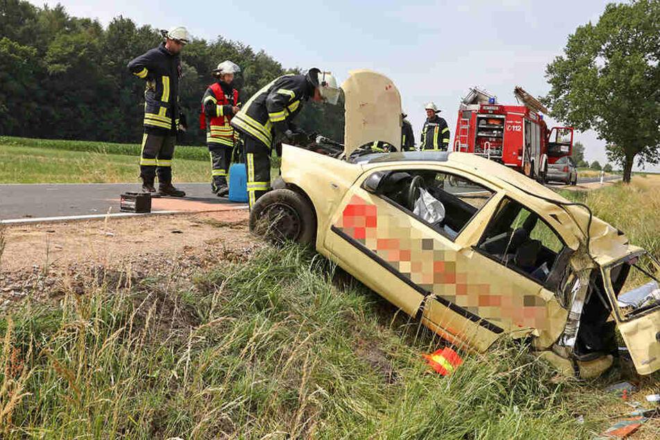 Fiat überschlägt sich auf B180: Fahrer schwer verletzt