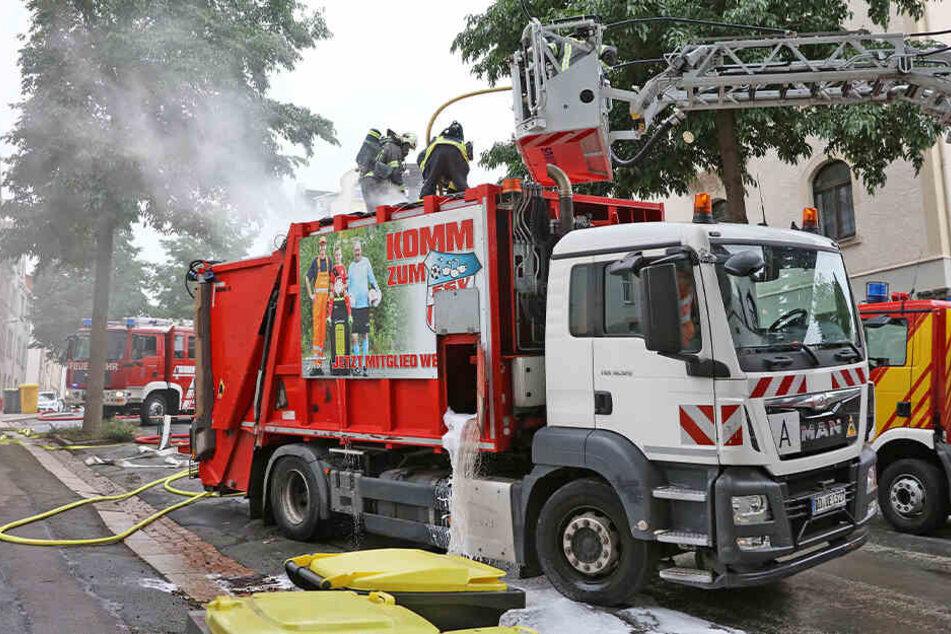 Schwieriger Löscheinsatz: Müllfahrzeug gerät in Brand