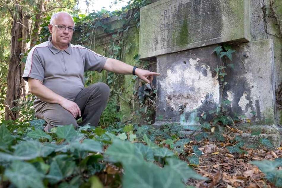 """Hier wurde das """"Eiserne Kreuz"""" von der Grabwand gerissen. Friedhofsverwalter Uwe Horn (56) ist entsetzt."""
