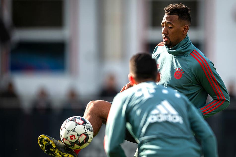 Das Knie macht dem Bayern-Verteidiger zu schaffen.