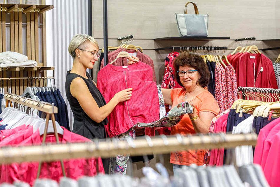 """Larissa Markus (39, l.) zeigt in der Modewelt von """"Das macht SINN"""" Mopo-Leserin Elke Siebert (61) einen farbenfrohen Blouson."""