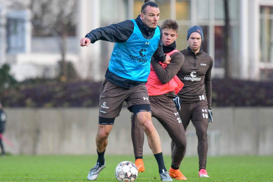 Alex Meier (links) behauptet den Ball mit seiner Größe vor einem Gegenspieler.