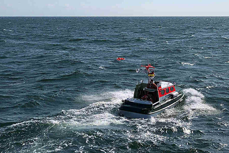 Seenotretter der Deutschen Gesellschaft zur Rettung Schiffbrüchiger (DGzRS) fahren zu zwei Schiffbrüchigen.