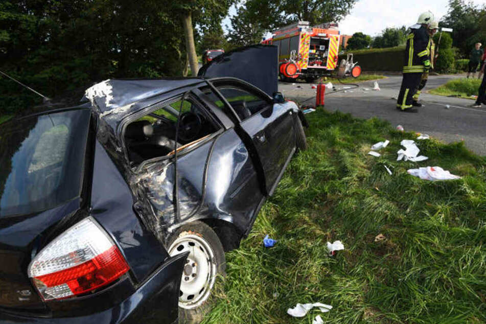 Das Auto krachte gegen einen Baum.