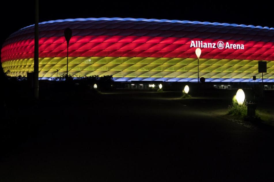 Die Allianz Arena in München leuchtet in den Farben der Deutschlandfahne.