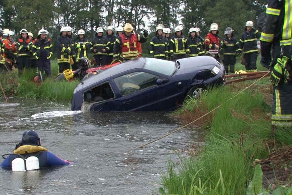 Die Feuerwehr zog den Wagen letztendlich wieder aus dem Wasser.
