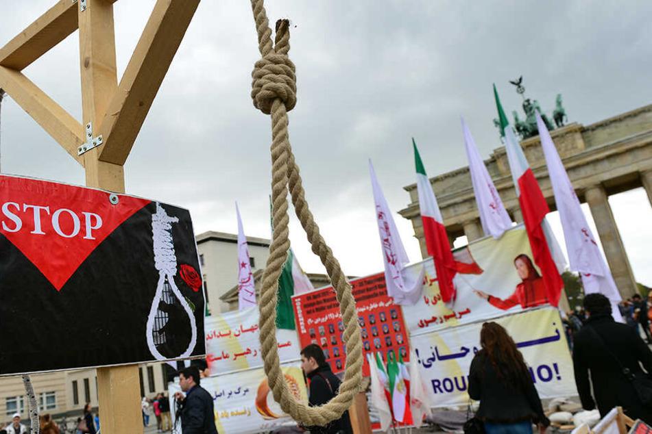 Seit Jahren wird weltweit gegen die Todesstrafe im Iran protestiert, so wie hier 2017 vor dem Brandenburger Tor in Berlin.