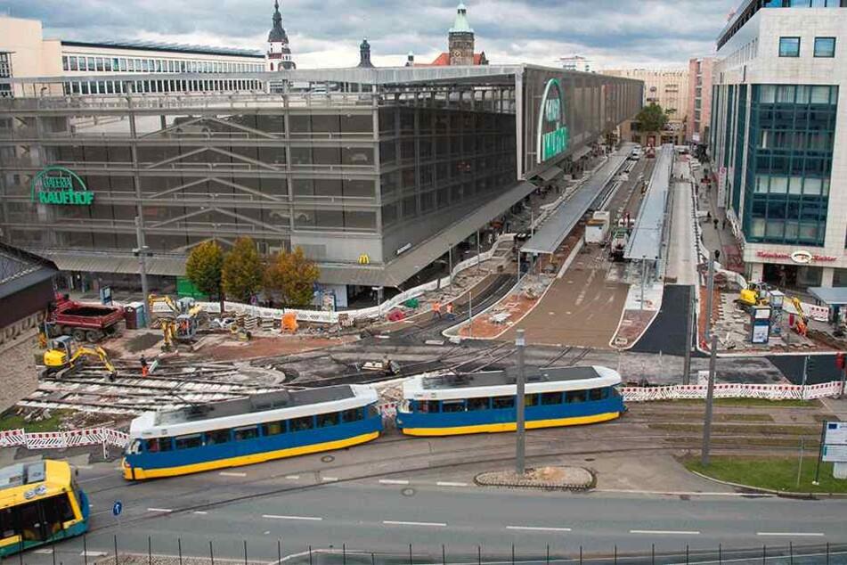 Chaos-Baustelle Zenti: Fußgänger dürfen den neuen Asphalt (Mitte r.) nicht  überqueren, müssen große Umwege laufen.