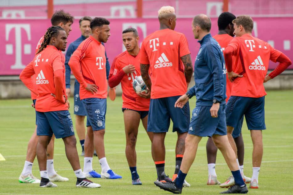 Renato Sanches (l) und Thiago (4.v.l.) stehen beim öffentlichen Training vom FC Bayern zusammen.