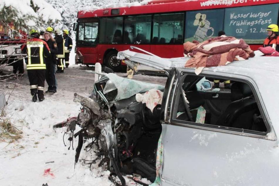 Die Frau wurde im Auto eingeklemmt und schwer verletzt.