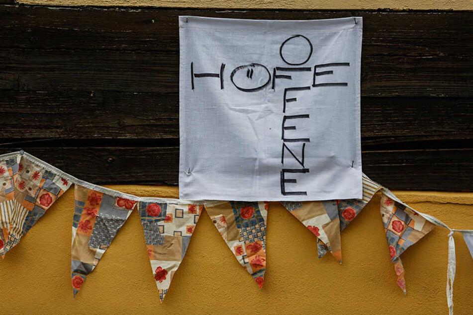 Das Schild am Haus zeigt: Hier darf man reinschauen und ausprobieren.