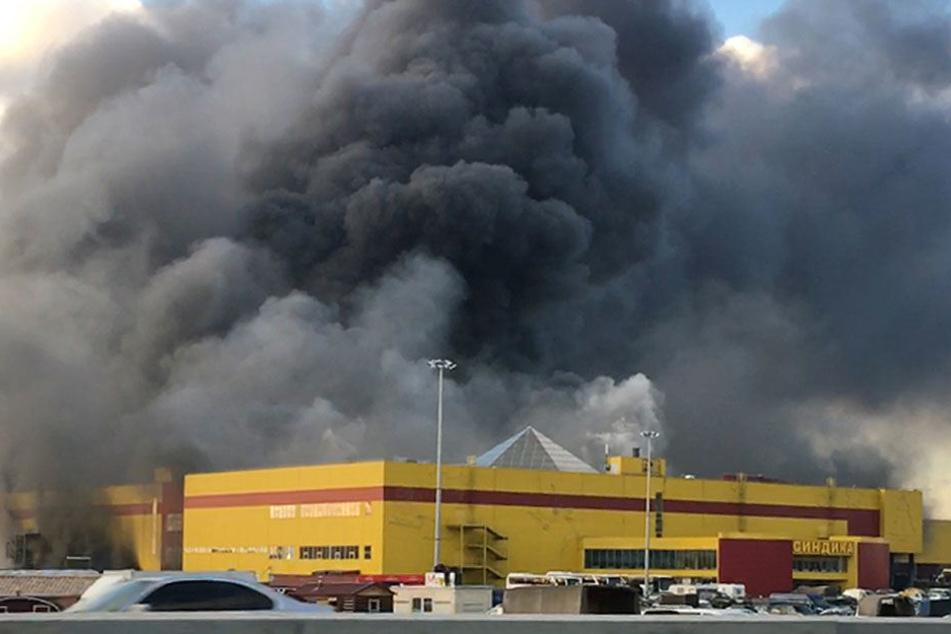 Das Einkaufszentrum Sindika brennt am 08.10.2017 in Moskau.