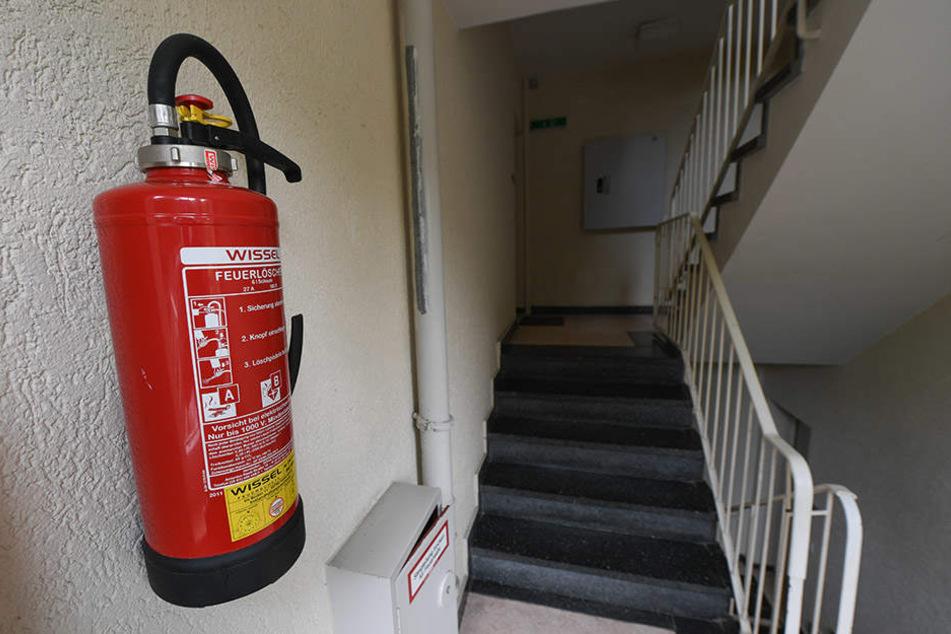 Weiße Flocken im Treppenhaus: Betrunkener randaliert mit Feuerlöscher!