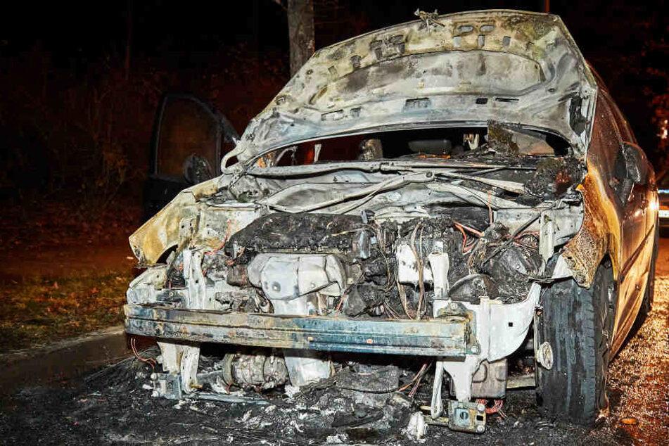 Autobrand im Dresdner Süden: Dieser Peugeot ist jetzt schrottreif