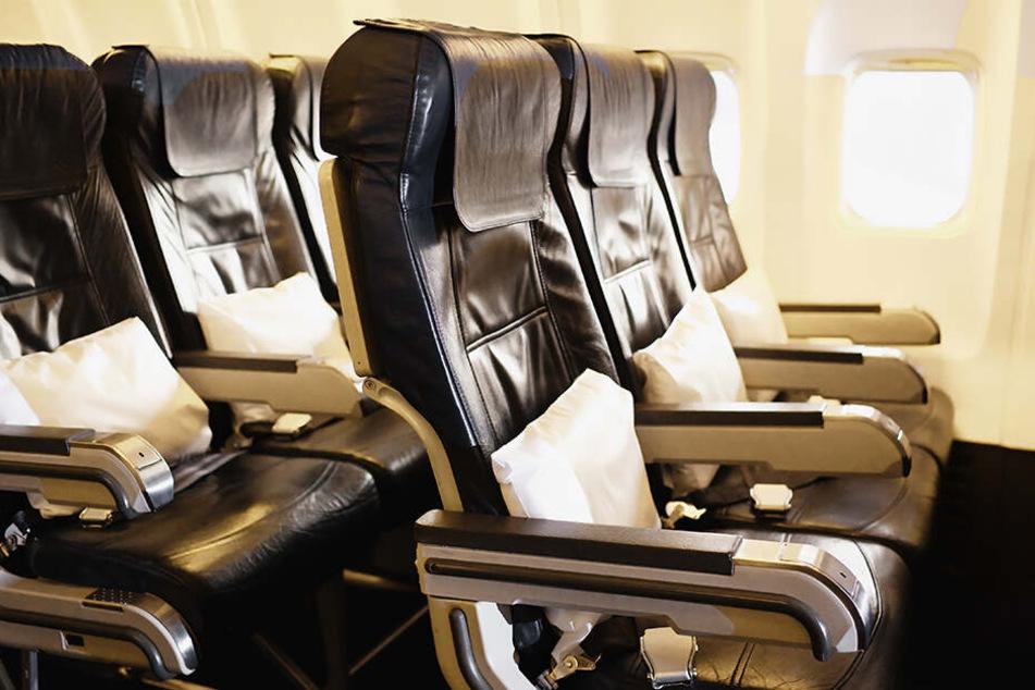 Der Fluggast soll schon mehrfach auffällig geworden sein. (Symbolbild)