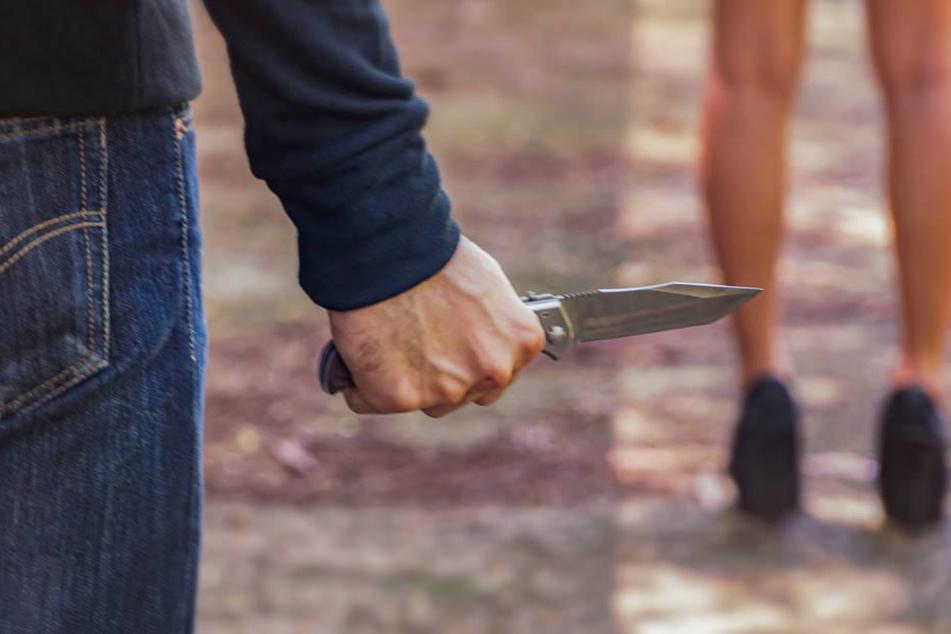 Mit Messer und Schraubenzieher: Junger Mann geht wahllos auf Menschen los