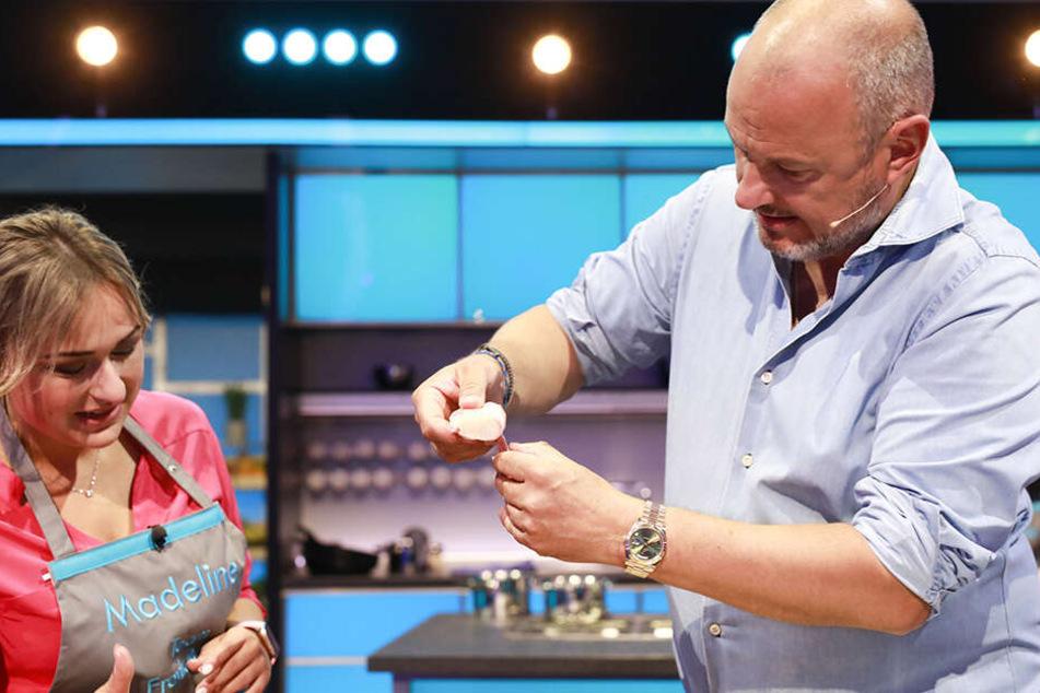 Beim Teamkochen darf TV-Koch Frank Rosin (53) Madeleine noch helfen, beim Solo- und Entscheidungskochen ist sie auf sich gestellt.
