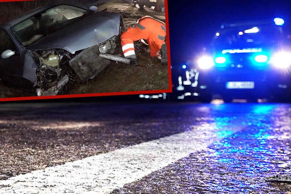 Citroen dreht sich bei Glätte auf B81, Fahrer rennt weg, VW kracht in den Unfallwagen