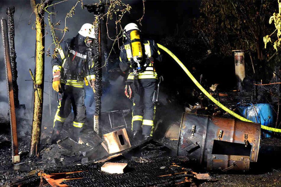 Die Feuerwehrmänner hatten einiges zu tun. Die Gartenlaube brannte vollkommen nieder.