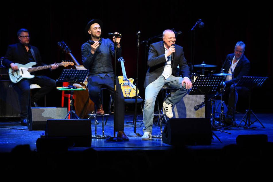 Stefan Raab (2.v.r.) steht mit Sänger Max Mutzke (2.v.l.) und seiner Band auf der Bühne.