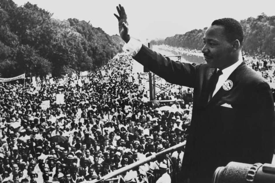August 1963: Martin Luther King winkt in Washington Demonstranten zu.