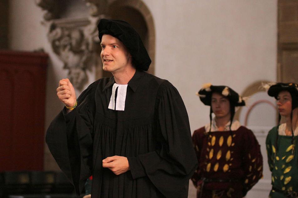 Der Laienschauspieler Andreas Bentrup als Reformator Nikolaus Krage in der Mindener St.-Martini-Kirche.