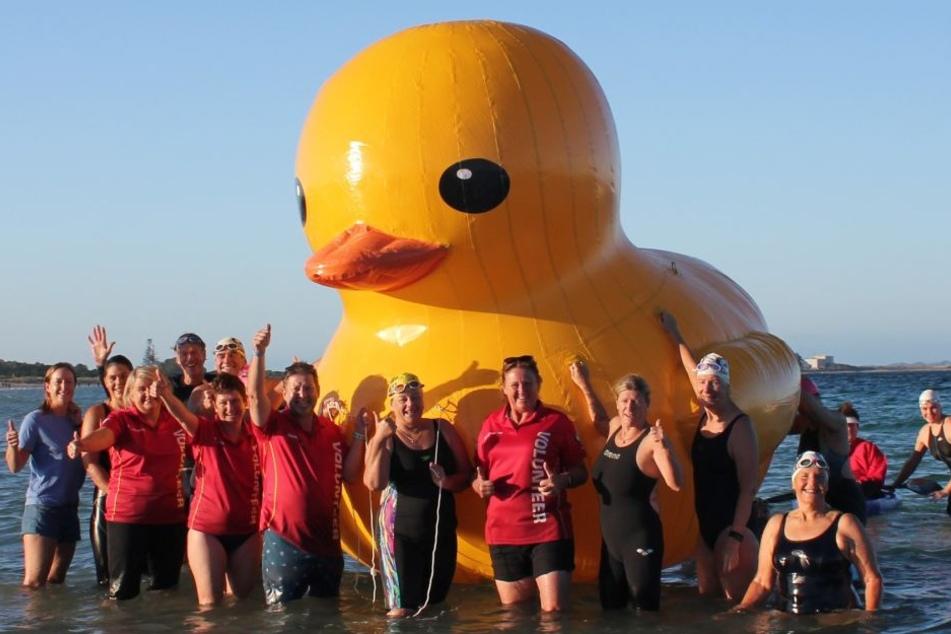 Mitglieder stehen um die Ente Daphne, des Maskottchen des australischen Schwimm-Clubs Cockburn Masters Swimming Club.