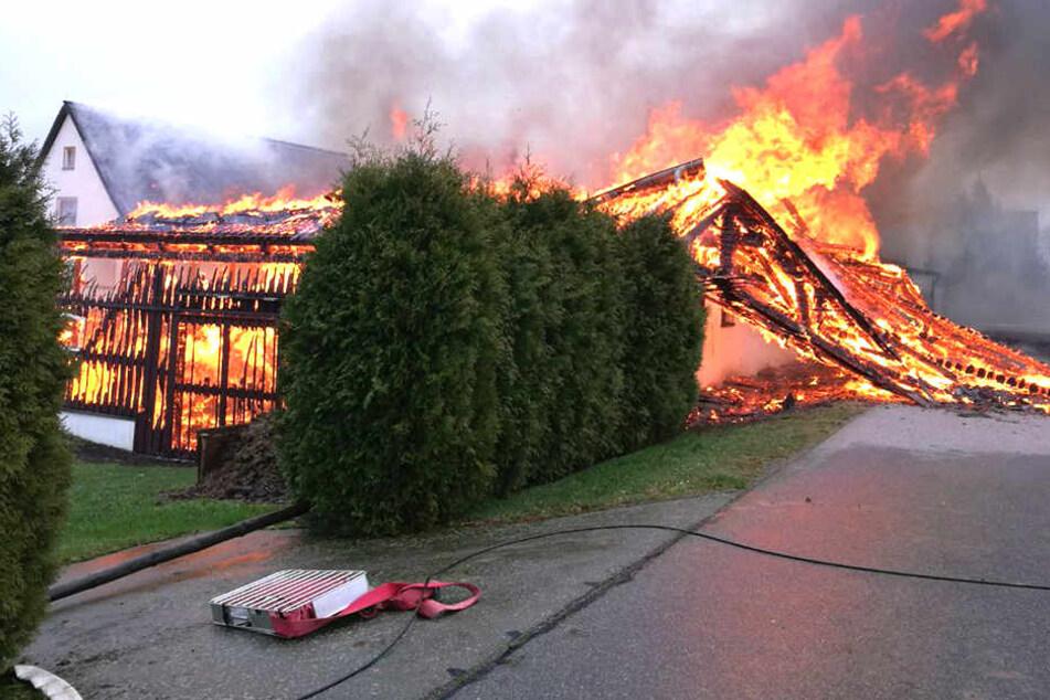 Riesige Flammen loderten aus der Scheune hervor, die nach dem Brand einstürzte.