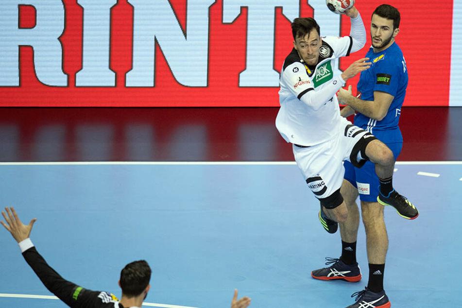 Deutschlands Patrick Groetzki (M.) erzielt einen Treffer gegen Frankreichs Torhüter Cyril Dumoulin.