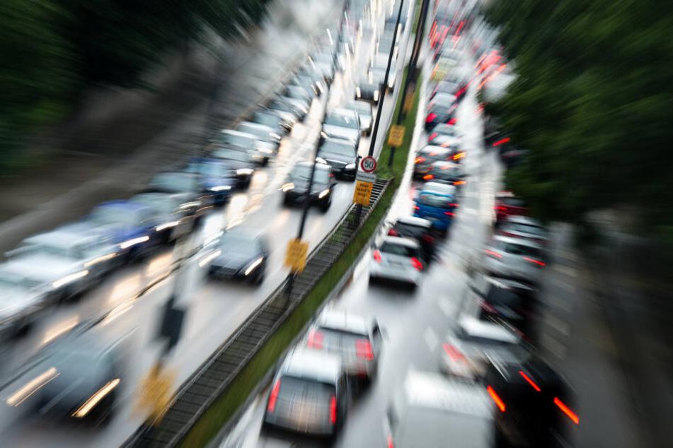 Geduld im Berufsverkehr: Der Verkehr staut sich auf dem Mittleren Ring.