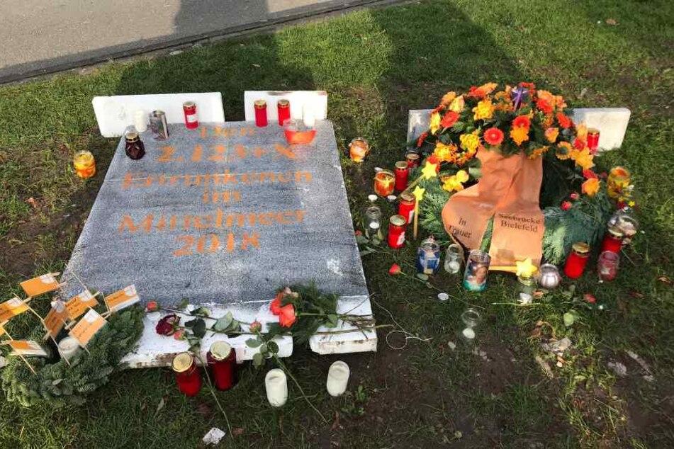 Die Trauerstelle vor dem Bielefelder Rathaus erinnert an ein Grab.