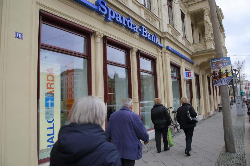 Wegen des ungebetenen Gastes muss die Sparda-Bank am Postplatz in Görlitz frühzeitig die Türen schließen.