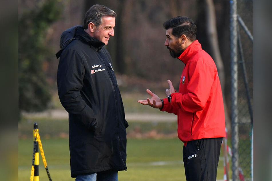 Cristian Fiel (r.) redet, Ralf Minge hört zu. Intern haben die beiden einiges zu besprechen.