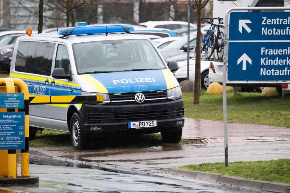 Ein Polizeifahrzeug steht vor der Medizinische Hochschule Hannover (MHH)