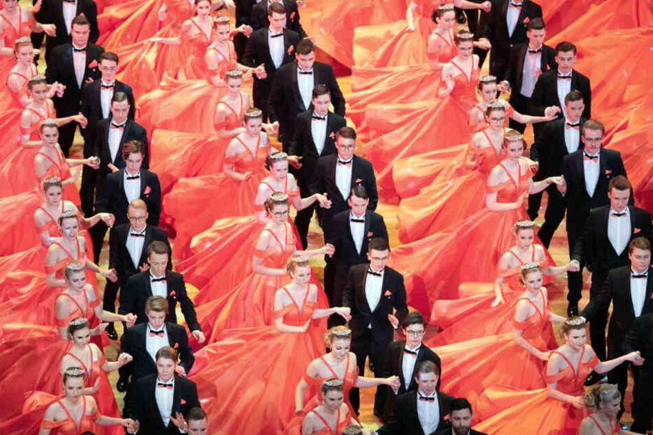 """Die Debütanten-Paare tanzen während der Generalprobe auf der Bühne in der Semperoper. Das diesjährige Motto des Balls lautet """"Märchenhaft rauschend - Dresden jubiliert""""."""