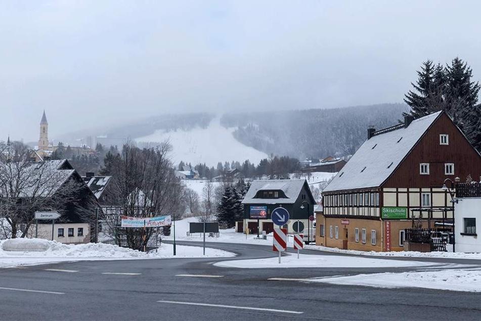 Die Hänge auf dem Fichtelberg sind weiß. In den nächsten Tagen soll die Schneeauflage weiter wachsen.