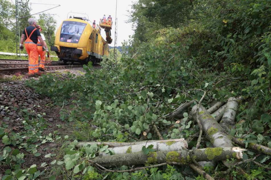 Ein Gleis konnte am Nachmittag wieder befahren werden.