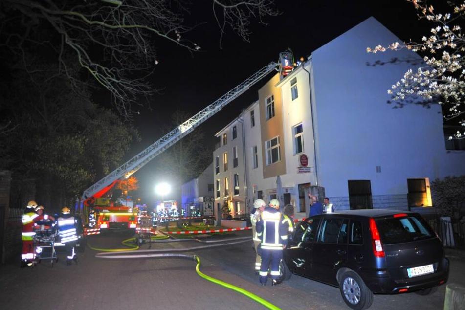 Dachstuhl-Wohnung in Flammen: Haus-Bewohner stirbt