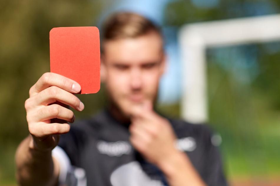 Der Schiedsrichter verteilte eine Rote Karte und brach das Spiel dann ab. (Symbolbild)