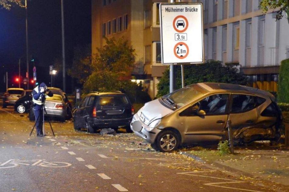 Durch den Aufprall wurde ein Mercedes auf den Gehweg geschleudert.