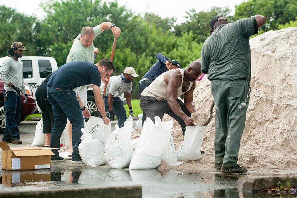 In Vorbereitung auf den Hurrikan haben bereits am Freitag Menschen Sandsäcke befüllt, so wie hierin Fort Lauderdale.