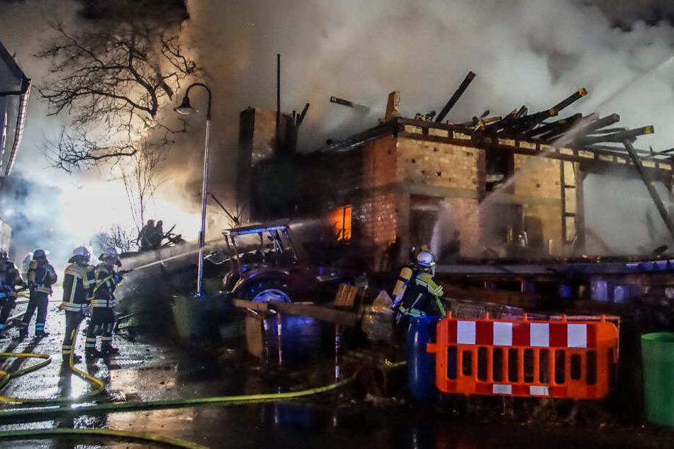 Die Feuerwehr kämpfte bis in die frühen Morgenstunden gegen die Flammen.