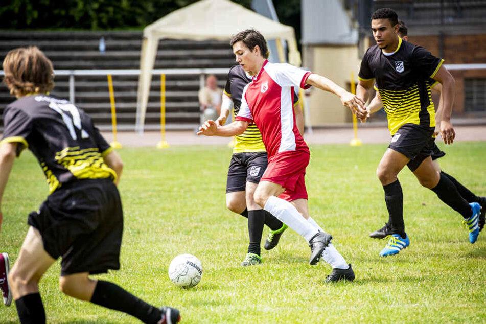 Leo (M., Tim Oliver Schulz) liebte es, Fußball zu spielen.