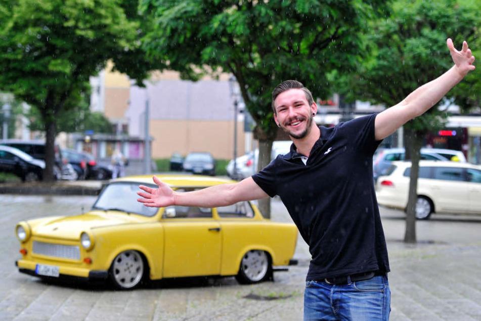 Stehen im Sommer auch mal im Regen: die Zwickauer Trabant und Rapper Smaxiz  (26). Macht beiden aber nix aus.