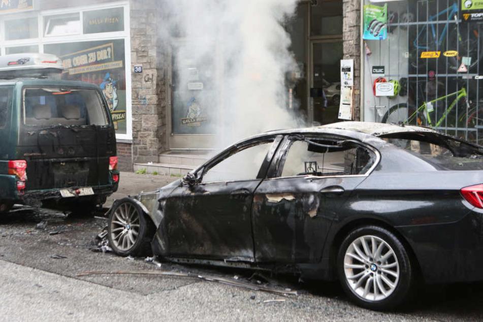 In wenigen Minuten haben die Randalierer mehrere Autos und Geschäfte angezündet.