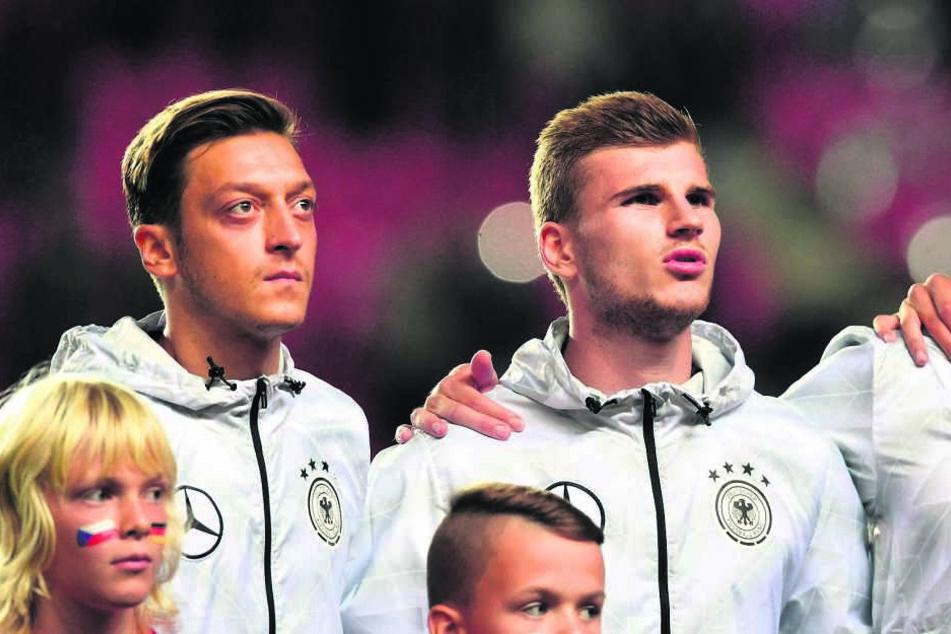 Mesut Özil (28, v.l.) und Timo Werner (21) wurden beim Spiel übel  beschimpft.