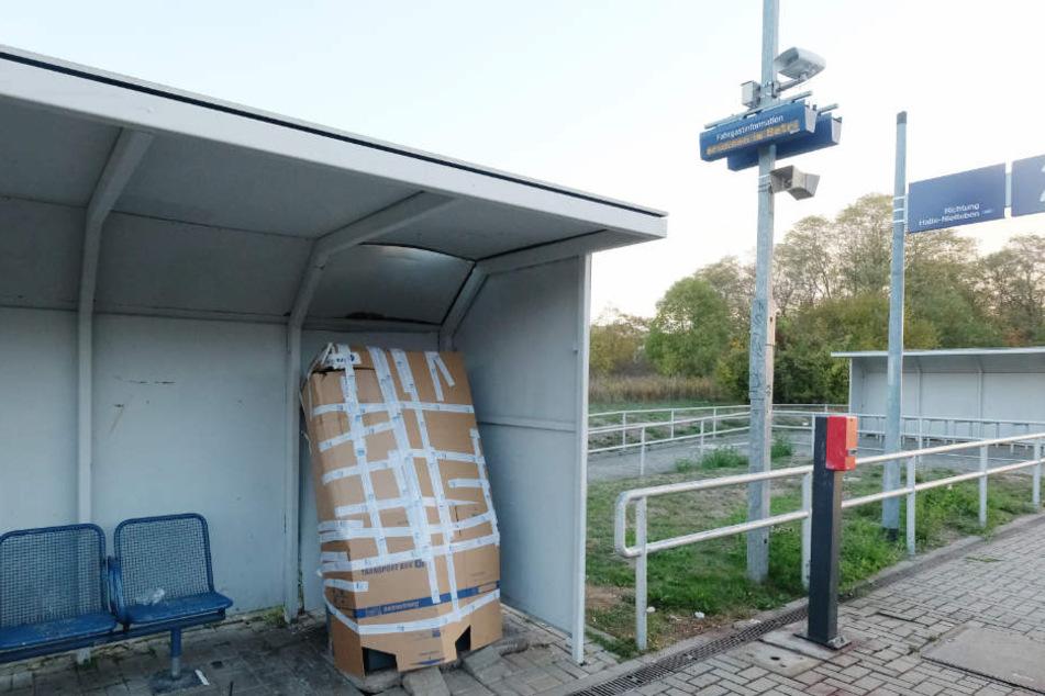 """Der Fahrkartenautomat am S-Bahnhaltepunkt """"Südstadt"""" wurde nach der Explosion Mitte Oktober mit Pappe gesichert."""